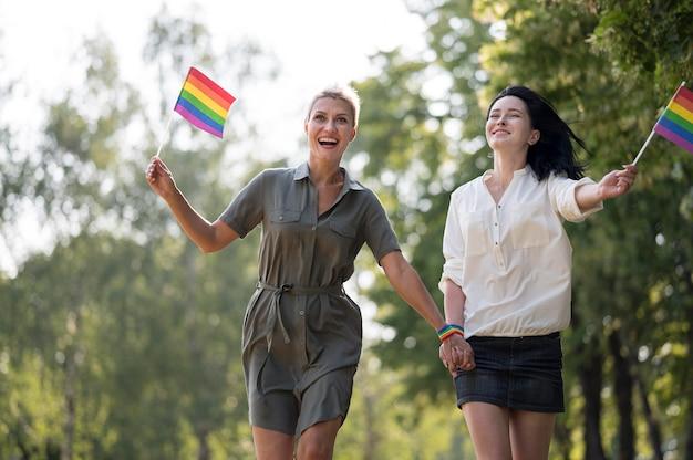 Lesbenpaar läuft Kostenlose Fotos