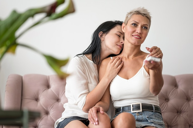 Lesbenpaar mit niedrigem winkel zu hause Kostenlose Fotos