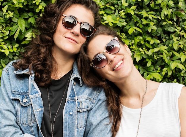 Lesbisches paar zusammen draußen konzept Premium Fotos