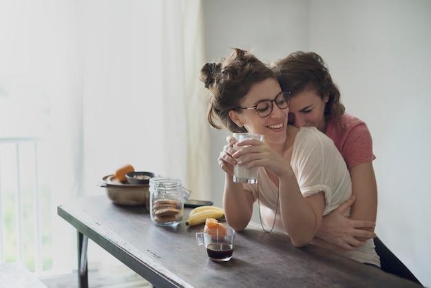 Lesbisches paar zusammen zuhause konzept Premium Fotos
