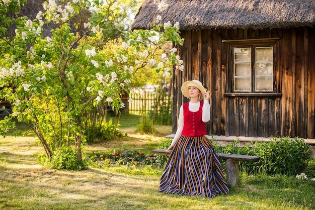 Lettische frau in traditioneller kleidung. ligo leute. Premium Fotos