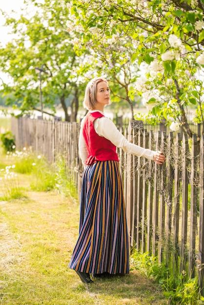 Lettische frau in traditioneller kleidung Premium Fotos