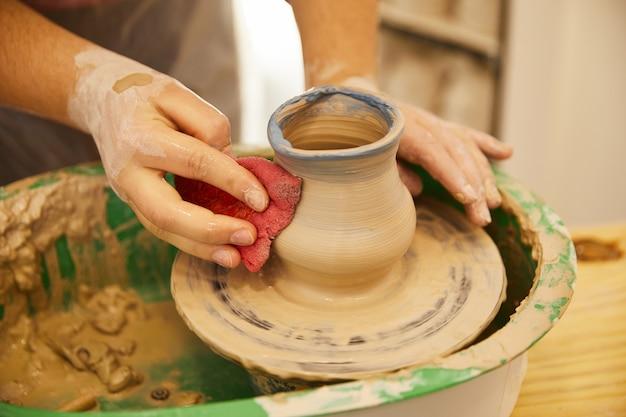 Letzte momente beim formen einer keramik Kostenlose Fotos