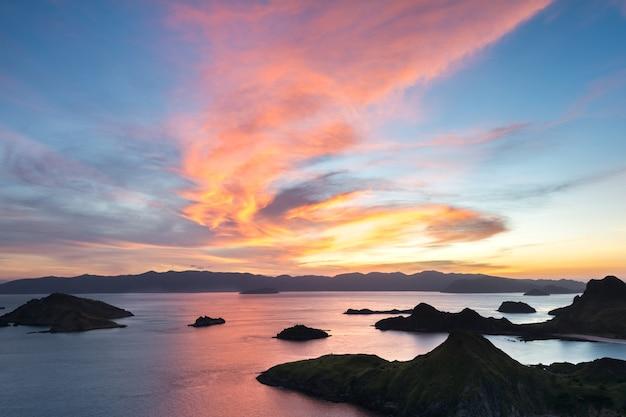 Letzter strahl des sonnenlichts von der oberseite padar-insel bei sonnenuntergang, komodo national park Premium Fotos