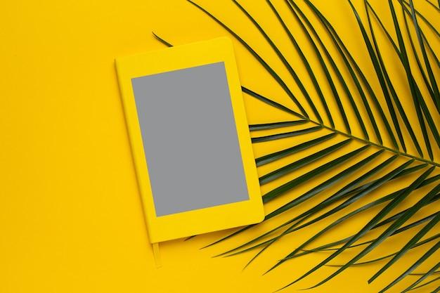 Leuchtende gelbe note Premium Fotos
