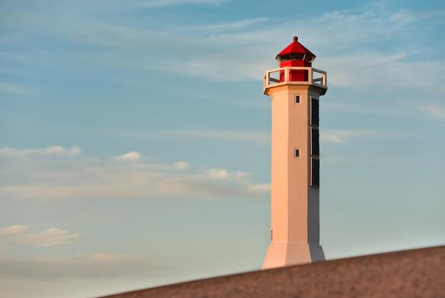 Leuchtturm gegen den himmel. sonnenuntergangszeit. Premium Fotos