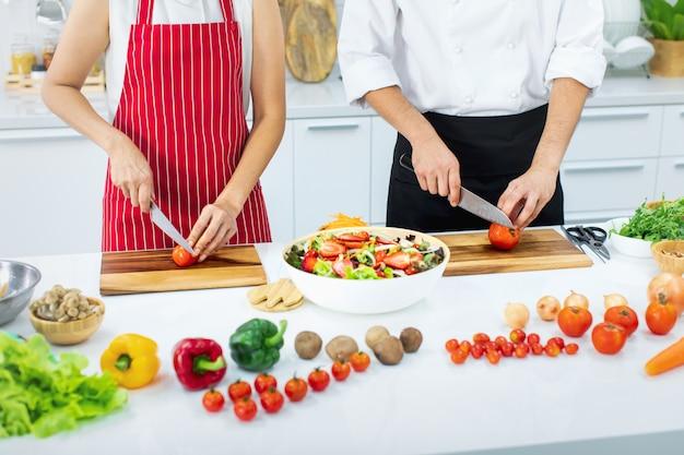 Leute am kochkurs in der modernen küche. Premium Fotos
