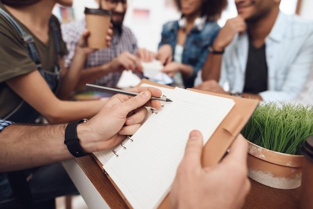 Leute arbeiten mit designer im büro. Premium Fotos