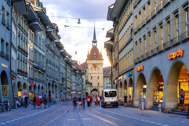 Leute auf der einkaufsstraße mit dem astronomischen glockenturm zytglogge von bern in der schweiz Premium Fotos