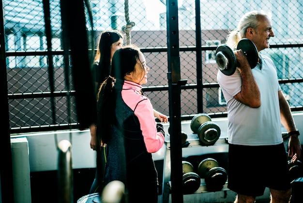 Leute, die an der eignunggymnastik trainieren Premium Fotos