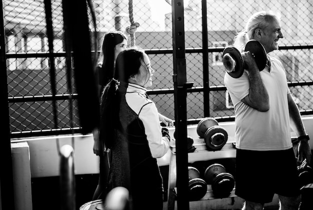 Leute, die an der eignungsturnhalle trainieren Kostenlose Fotos