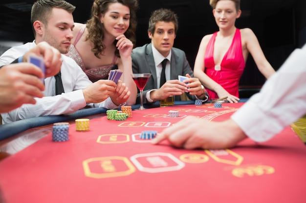 Leute, die aufregendes spiel des pokers spielen Premium Fotos