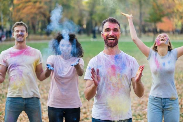 Leute, die bei holi mit farbe spielen Kostenlose Fotos
