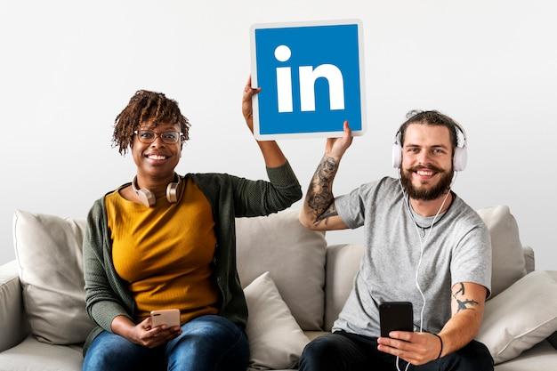 Leute, die ein linkedin-logo halten Kostenlose Fotos