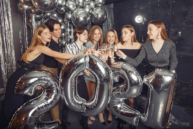 Leute, die ein neues jahr mit großen ballons feiern Kostenlose Fotos