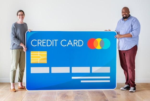 Leute, die eine kreditkarte halten Premium Fotos