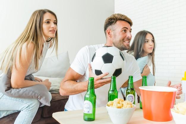 Leute, die fußballhaus mit bieren aufpassen Kostenlose Fotos