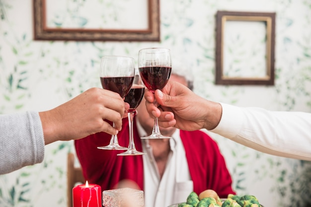 Leute, die gläser am festlichen tisch klopfen Kostenlose Fotos