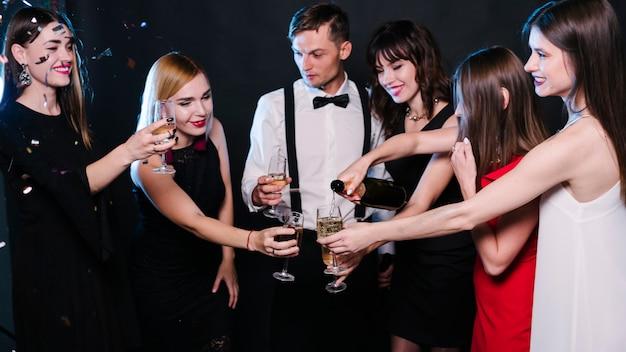 Leute, die gläser champagner auf party klopfen Kostenlose Fotos