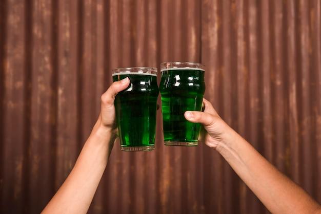 Leute, die gläser grünes getränk klopfen Kostenlose Fotos