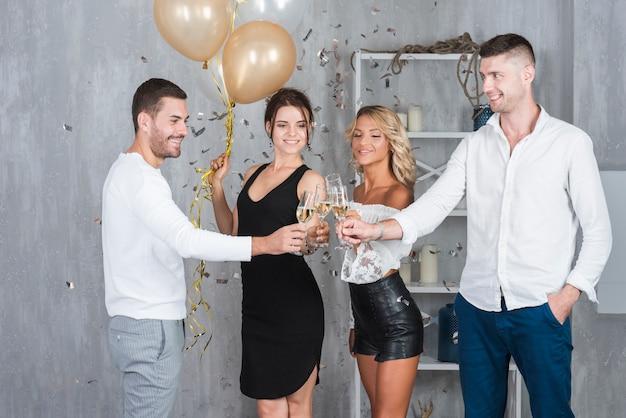 Leute, die gläser mit champagner klingeln Kostenlose Fotos