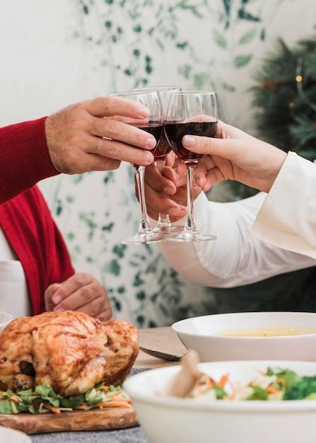 Leute, die gläser wein am festlichen tisch klopfen Kostenlose Fotos