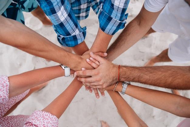 Leute, die hände, gruppe freunde zusammen verbinden hände zusammenhalten verbinden. Kostenlose Fotos