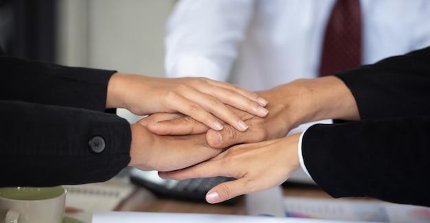 Leute, die ihre hände zusammenfügen, demonstrieren teamwork. Premium Fotos