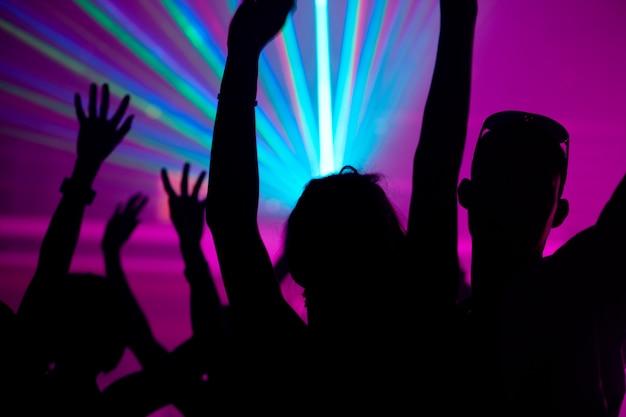 Leute, die im verein mit laser tanzen Premium Fotos