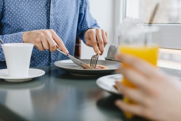 Leute, die in einem restaurant essen Kostenlose Fotos