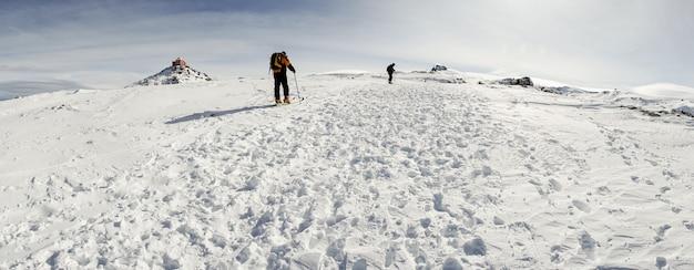 Leute, die langlauf in der sierra nevada betreiben Premium Fotos