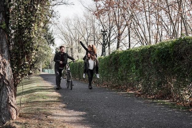 Leute, die mit fahrrad im park gehen Kostenlose Fotos