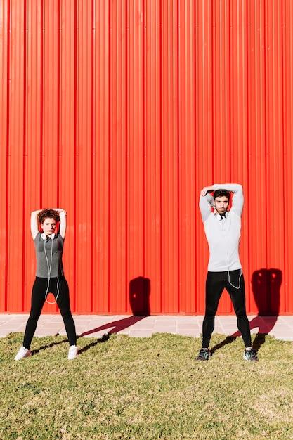 Leute, die Schultermuskeln aufwärmen | Download der kostenlosen Fotos