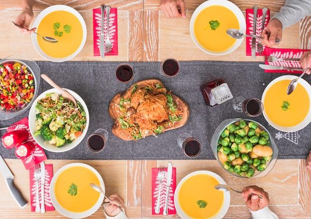 Leute, die suppe am festlichen tisch essen Kostenlose Fotos