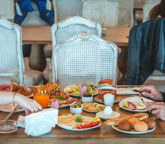 Leute, die um frühstückstisch in einem restaurant sitzen Kostenlose Fotos