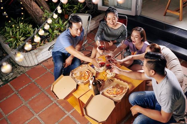 Leute, die wein und essen im hinterhof genießen Premium Fotos