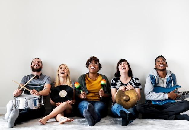 Leute, die zusammen musik genießen Premium Fotos