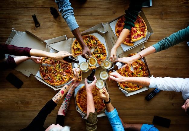 Leute essen zusammen pizza-getränk-biere Premium Fotos