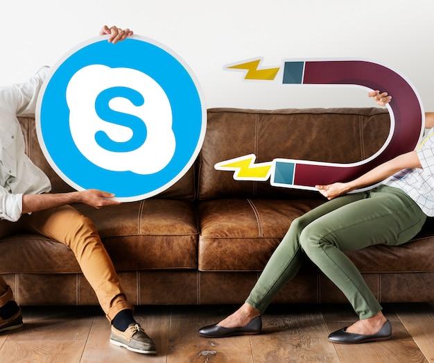 Leute halten ein skype-symbol Kostenlose Fotos