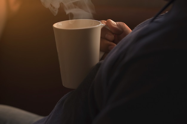 Leute halten eine weiße kaffeetasse Premium Fotos