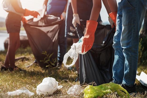 Leute helfen freiwillig müllabfuhr im park Premium Fotos