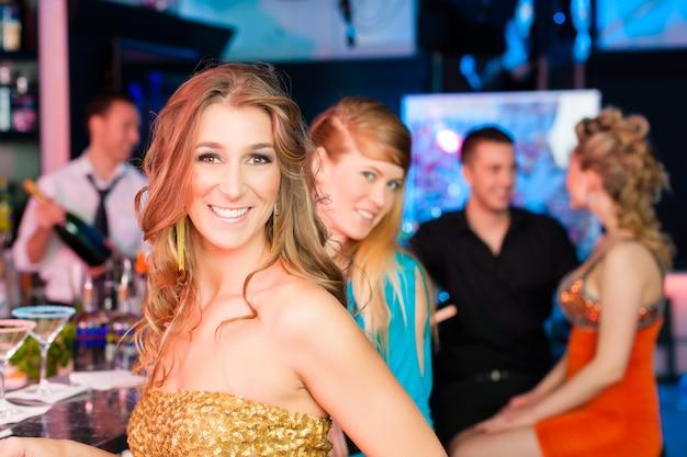 Leute im club oder in der bar, die champagner trinken Premium Fotos