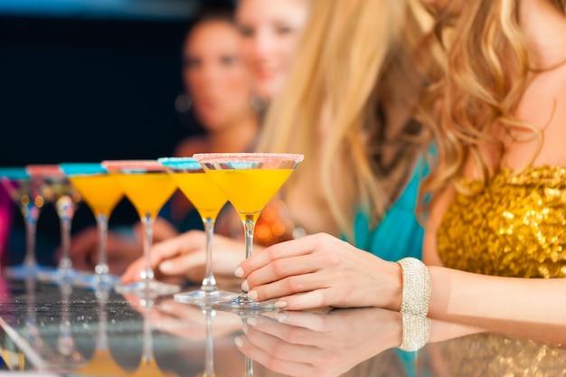 Leute im club oder in der bar, die cocktails trinken Premium Fotos