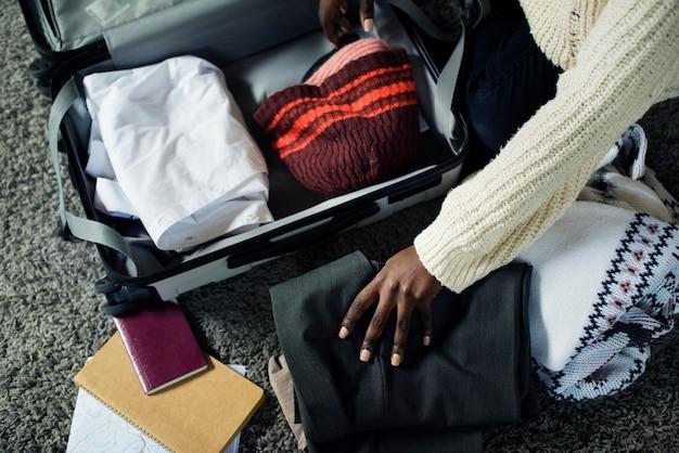 Leute packen für eine reise Kostenlose Fotos