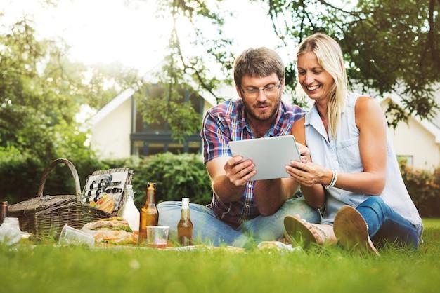 Leute-picknick-zusammengehörigkeits-entspannung-digital-tablet-technologie-konzept Kostenlose Fotos