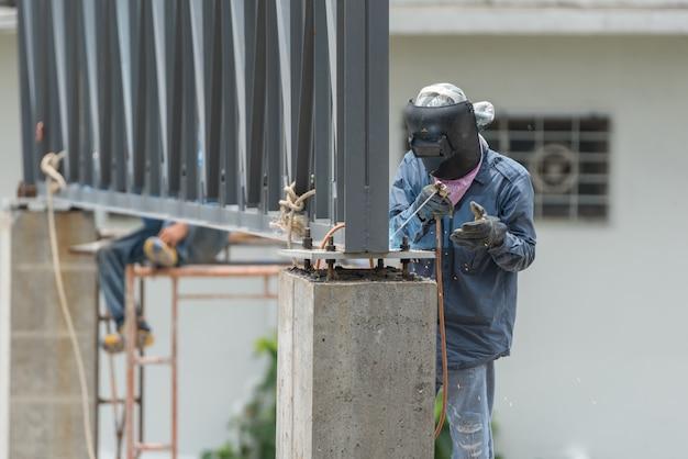 Leutebauarbeiter an der baustelle Premium Fotos