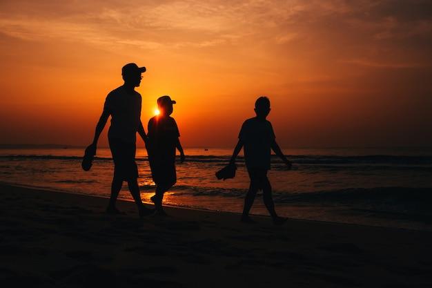 Leuteschattenbild im strand Premium Fotos