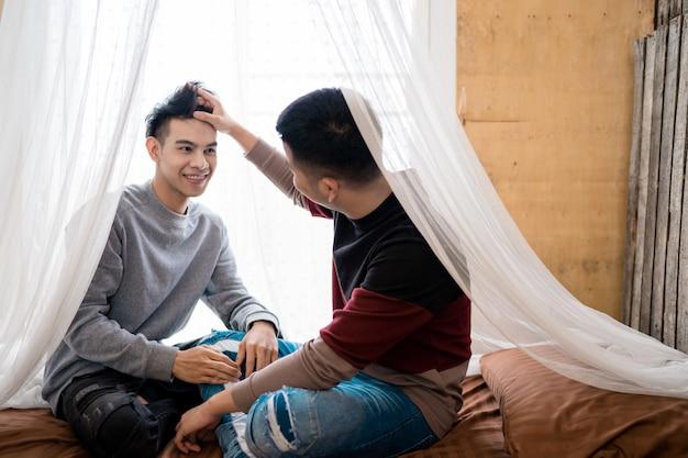 Lgbt-männer zu hause: homosexuelles paar umarmt im bett im schlafzimmer Premium Fotos