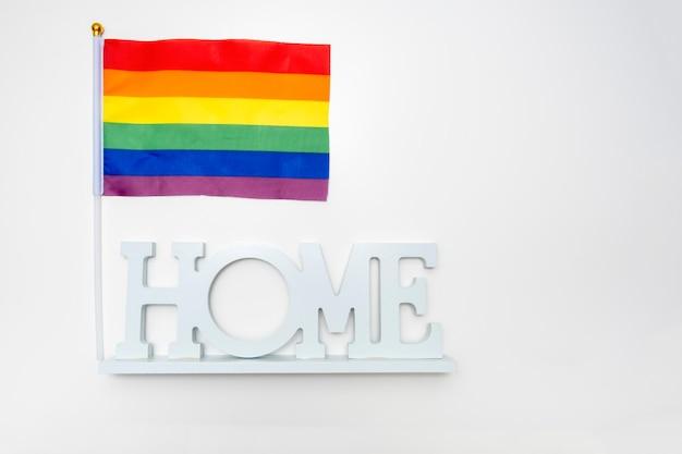 Lgbt regenbogen homosexuell stolz flagge und ein zeichen nach hause auf weiß Premium Fotos