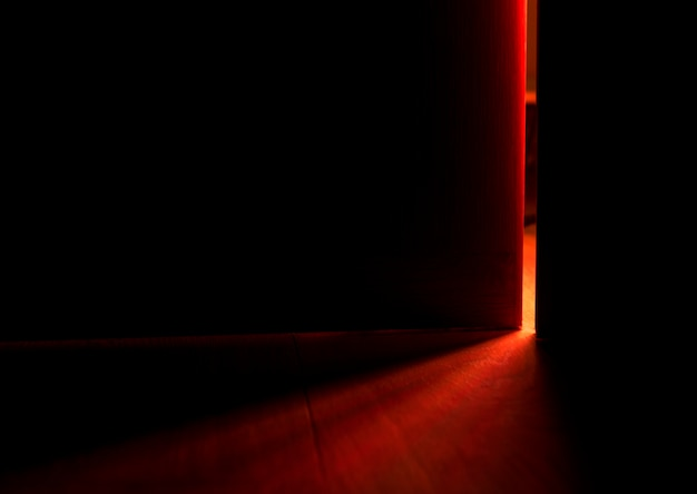 Licht von einer offenen tür Kostenlose Fotos